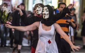 337109_des-etudiants-manifestent-a-montreal-avec-des-masques-symbolisant-le-mouvement-des-pirates-informatiques-anonymous-le-31-mai-2012