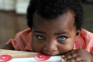 Bebe-noir-aux-yeux-bleus-630x423
